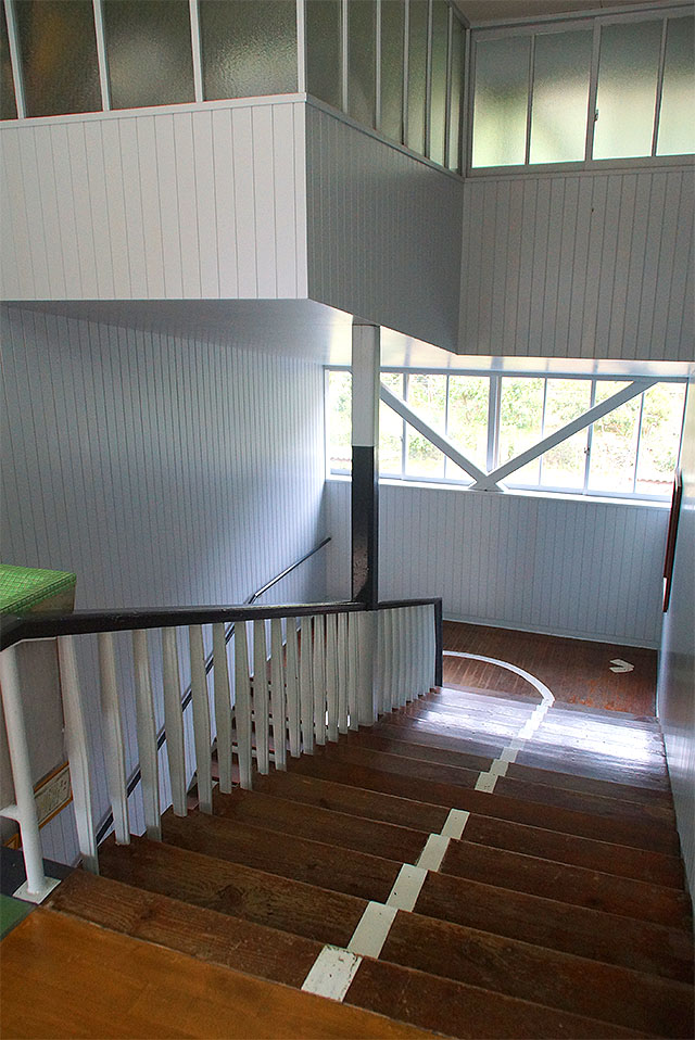 hizuchischool_middle_stair.jpg