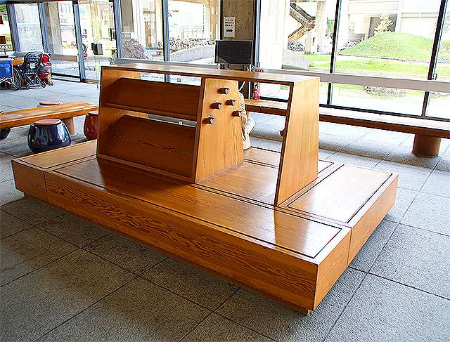 kagawapo_lobby_bench1a.jpg