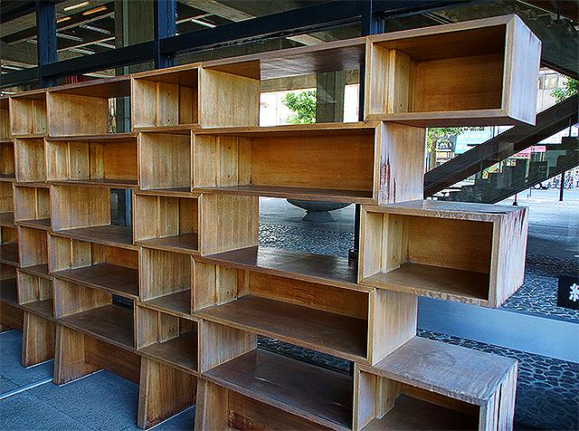 kagawapo_lobby_bookshelf2a.jpg