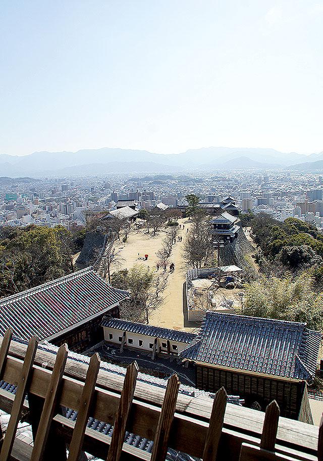 matsuyamajo_honmaru_southview.jpg