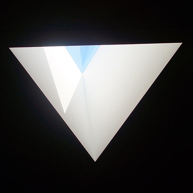 sakakumomuseum_triangletopwindow.jpg