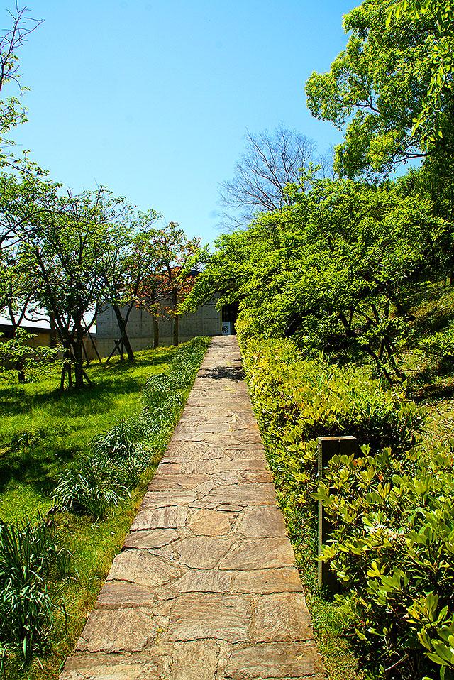 shikokumuragallery_path.jpg