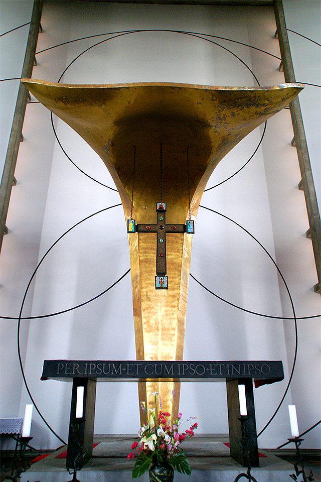 stmegurochurch_alter_cross1a.jpg