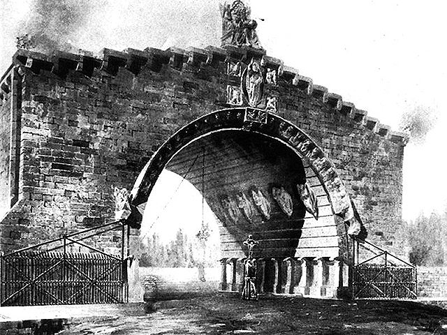 Puerta_cementerio_(1875).jpg