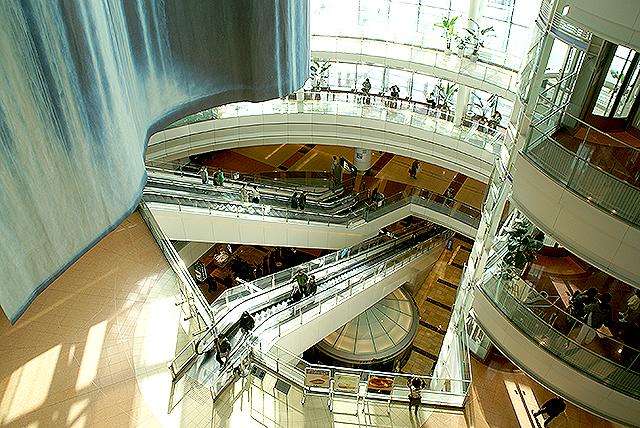 haneda_airport_terminal2_escalator2.jpg