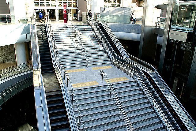 kanazawa_st_escalator.jpg