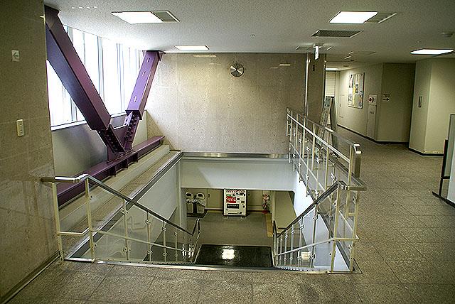 megurokuyakusho_stair6.jpg