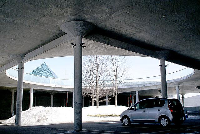 moerenuma_glasspylamid_parking2.jpg