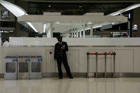 narita_airport2_guardman1.jpg