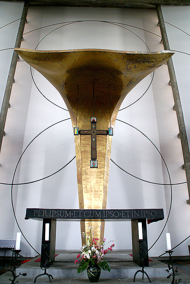 stmegurochurch_alter_cross.jpg