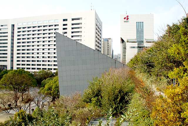 acrosfukuoka_centertriangle_side.jpg