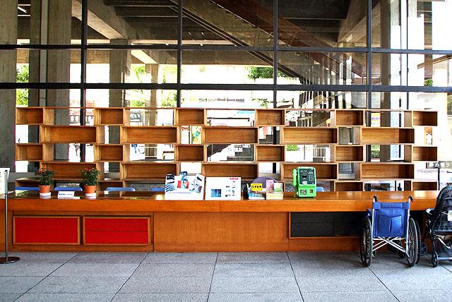 kagawapo_lobby_bookshelf.jpg