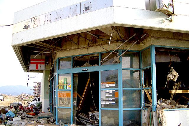 tohokushinsai_brokenhouse.jpg